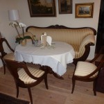 Biedermeiersofa mit Stühlen