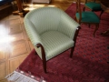 Kleiner runder Sessel mit Sichtholz-Vorderstücken