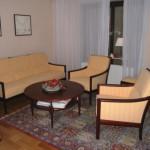 1 Sofa/3 + 2 Sessel + 2 einfache Hocker